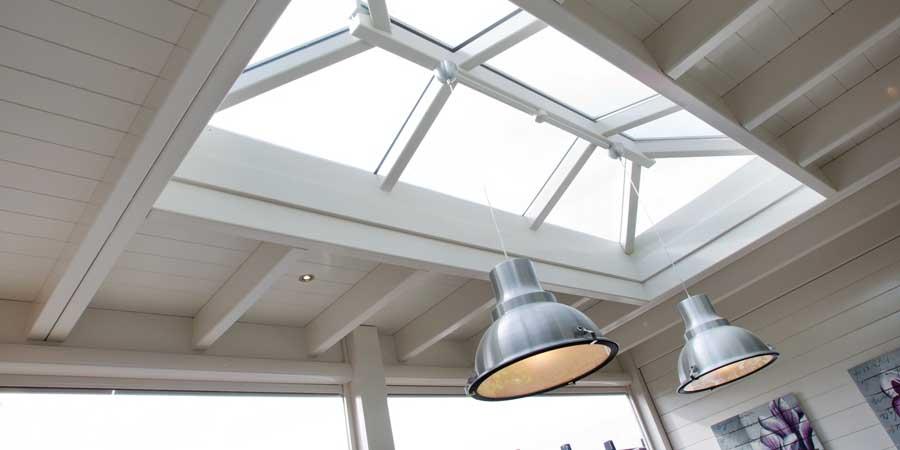 Houten-lichtstraat-schilddak-veiligheidsglas-900×450