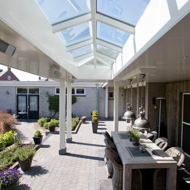 stijlvolle veranda aan huis met vlak plafond en lichtstraat