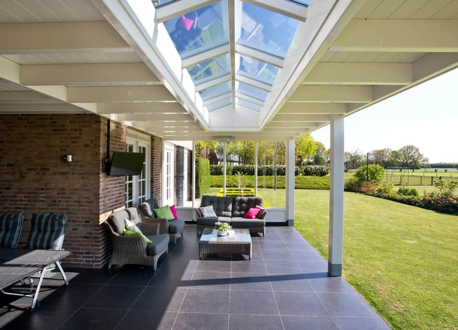 Landelijke veranda met houten lichtstraat te erp - Moderne lounge stijl ...
