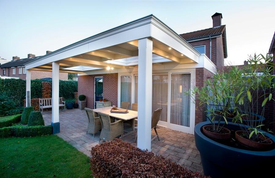 Veranda met klassieke details in dezelfde stijl als woning - Veranda modern huis ...