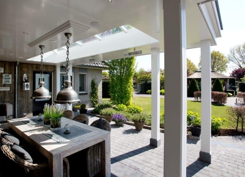 stijlvolle veranda aan huis met vlak plafond en lichtstraat. Black Bedroom Furniture Sets. Home Design Ideas