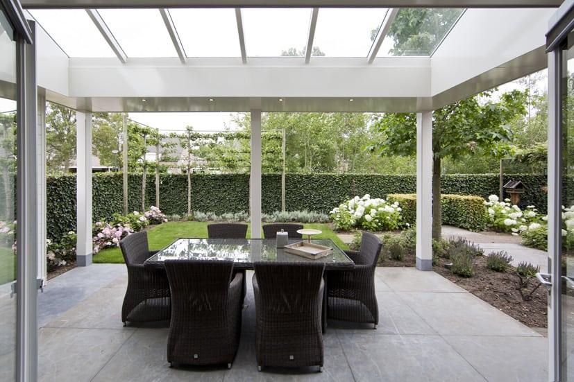 Veranda aan huis met grote lichtstraat en vlak plafond - Veranda modern huis ...