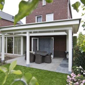 Stijlvolle veranda aan huis met vlak plafond en lichtstraat - Voorbeeld van houten pergola ...
